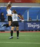 <p>Argentinas Luciana Aymar e Marine Russo comemoram gol da equipe em partida dos Jogos de Pequim. Mesmo após dois empates, as Leonas ainda acreditam na conquista da medalha de ouro. Photo by Zainal Abd Halim</p>