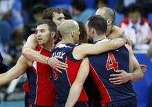 <p>Jogadores da seleção de vôlei dos EUA comemoram vitória sobre a Itália na 1a fase dos Jogos de Pequim, nesta terça-feira. Photo by Ceerwan Aziz</p>