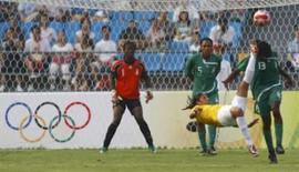 <p>Atacante Cristiane chuta de bicicleta para marcar o 2o gol do Brasil na vitória por 3 x 1 sobre a Nigéria, nesta terça-feira, nos Jogos de Pequim. Photo by Ceerwan Aziz</p>