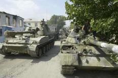 <p>Tanquees russos de movimentam nas ruas de Tskhinvali, em foto de 11 de agosto. Tanques e soldados russos patrulhavam as ruas da semidestruída capital da Ossétia do Sul, Tskhinvali, na terça-feira, enquanto a cidade começava a enterrar os mortos nos cinco dias de conflito com a Geórgia. Photo by Reuters</p>