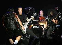 <p>De izquierda a derecha: Robert Trujillo, James Hetfield, Lars Ulrich y Kirk Hammett de Metallica durante una presentación en el teatro Wiltern en Los Angeles, EEUU, 14 mayo 2008. Metallica comenzará la gira mundial para promover su nuevo disco cerca de Phoenix, Arizona, el 21 de octubre, informó la banda en su sitio de internet. La primera sección estadounidense del recorrido concluirá el 31 de enero en Newark, Nueva Jersey, con una pausa de tres semanas durante el período de Navidad y Año Nuevo. (Foto de archivo) Photo by (C) MARIO ANZUONI / REUTERS/Reuters</p>