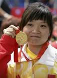 <p>A atiradora  chinesa Guo Wenjun mostra sua medalha de ouro na prova de pistola de ar de 10 metros, em Pequim. Photo by China Daily</p>