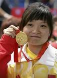 <p>La tiradora Guo Wenjun celebra junto a su medalla de oro tras ganar en los 10 metros con pistola de aire en los Juegos de Pekín, 10 ago 2008. La enorme comunidad de internet de China inició una búsqueda a nivel nacional del padre de la tiradora Guo Wenjun, oro olímpico en 10 metros con pistola de aire en los Juegos de Pekín. El padre de la medallista, de 24 años, abandonó a su hija (en la foto) hace una década y la dejó al cuidado de su entrenador. Photo by  Cdic/Reuters/Reuters</p>