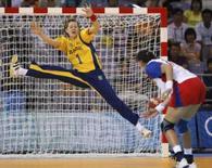 <p>A goleira Chana Masson, do Brasil, não consegue defender o tiro da russa Elena Polenova durante partida vencida pela Rússia. Photo by Mikhail Voskresenskiy</p>