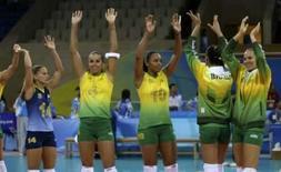 <p>Seleção brasileira de vôlei feminino cumprimentam a torcida depois de ganhar da Sérvia   REUTERS. Photo by Marcelo Del Pozo</p>