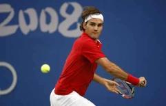 <p>O tenista suíço Roger Federer devolve bola para o tcheco Tomas Os favoritos Roger Federer e Rafael Nadal se classificaram para as quartas-de-final do torneio olímpico de tênis nesta quarta-feira em Pequim. Photo by Ruben Sprich</p>