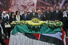 <p>El presidente palestino, Mahmoud Abbas, habla en frente del ataúd del poeta Mahmoud Darwish en Ramallah, Cisjordania, 13 ago 2008. Los palestinos le dedicaron al poeta nacional Mahmoud Darwish un virtual funeral de Estado en la ciudad cisjordana de Ramallah el miércoles, despidiendo a un hombre que articuló su sentimiento de pérdida, exilio y resistencia. Alrededor de 10.000 personas se sumaron a la procesión que llevó su cajón, envuelto en una bandera palestina, hasta una tumba al pie de una colina. Photo by Pool/Reuters</p>