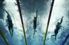 <p>O australiano Eamon Sullivan nada na prova dos 100 metros livre  ao lado de César Cielo   REUTERS. Photo by Wolfgang Rattay</p>
