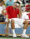 <p>Roger Federer descansa num intervalo da partida em que acabou derrotado pelo norte-americnao James Blake nas quartas-de-final dos Jogos de Pequim. Federer foi eliminado do torneio de simples. Photo by Eric Gaillard</p>