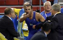 <p>O sueco Ara Abrahamian of Sweden (centro) argumenta com o juiz Veja abaixo quem sobe e quem desce nos Jogos Olímpicos de Pequim após as competições desta quinta-feira. Photo by Oleg Popov</p>