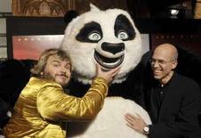 <p>O ator Jack Black (esq) e o presidente-executivo da Dreamworks, Jeffrey Katzenberg (dir), posam na premiere do filme Kung Fu Panda, em Sydney, dia 9 de junho. Katzenberg disse na quarta-feira que o estúdio está em fase de negociações para fazer uma sequência do sucesso de bilheteria 'Kung Fu Panda' e que poderá fazer um anúncio dentro de dois meses. Photo by Patrick Riviere</p>