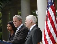 <p>O presidente norte-americano, George W. Bush, fala sobre Geórgia com a secretária do Estado, Condoleezza Rice, e o secretário de Defesa, Robert Gates, em Washington. Os Estados Unidos não querem um retorno da guerra fria em suas relações com a Rússia, disse Gates. 14 de agosto. Photo by Jim Young</p>