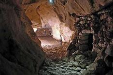 <p>Los arqueólogos Victoria Rojas (al frente en la imagen) y Lara Hindersten trabajan en el sitio del poblado Tahtzibichen en Mérida, México, 12 abr 2008. Arqueólogos mexicanos descubrieron una serie de 11 templos subterráneos en el estado de Yucatán, la mayoría con restos humanos en su interior, que podría ser parte de la ruta hacia al inframundo maya del que habla el libro sagrado Popol Vuh. El hallazgo, que también incluyó una calzada subterránea de casi 100 metros de extensión -el primer descubrimiento de este tipo- consiste en construcciones muy elaboradas ubicadas dentro de cuevas y cenotes, algunas debajo del agua y de muy difícil acceso. Photo by Reuters (Handout)</p>