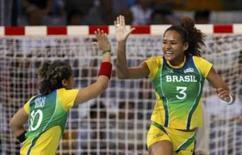 <p>Alexandra Nascimento e Aline Rosas comemoram um dos gols na vitória frente a Coréia do Sul. Photo by Claro Cortes Iv</p>