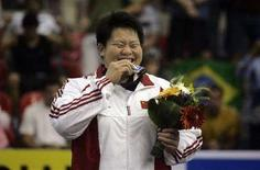 <p>Китаянка Вэнь Тун целует золотую медаль после победы в весовой категории свыше 78 килограммов на чемпионате мира по дзюдо в Рио-де-Жанейро 13сентября 2007 года. Вэнь Тун выиграла соревнования по дзюдо в весовой категории свыше 78 килограммов. (REUTERS/Bruno Domingos)</p>