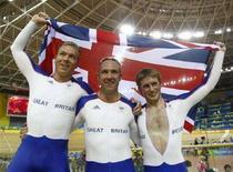 <p>Британцы Крис Хой, Джейми Стафф и Джейсон Кенни отмечают победу в командном спринте на Олимпиаде в Пекине 15августа 2008 года. Британцы одержали победу в командном спринте на Олимпийских играх. (REUTERS/Stefano Rellandini)</p>