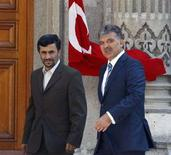 <p>Президент Ирана Махмуд Ахмадинежад вместе с турецким президентом Абдуллой Гюлем возле дворца Чираган в Стамбуле 14 августа 2008 года. Иран в скором времени может подписать с Турцией соглашение в сфере электроэнергетики и о поставках природного газа, сообщил в пятницу президент Ирана Махмуд Ахмадинежад. REUTERS/Fatih Saribas</p>