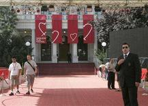 <p>Workers and security personnel stand at the red carpet prepared for the Sarajevo Film Festival in Sarajevo, August 15, 2008. REUTERS/Danilo Krstanovic</p>