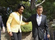 <p>O presidente da França Nicolas Sarkozy (dir) acompanha a secretária de Estado norte-americana, Condoleezza Rice depois de reunião sobre o conflito entre a Rússia e a Geórgia no Forte de Bregancon, na Riviera Francesa, no dia 14 de agosto. Ele elogiou a iniciativa da Geórgia de assinar um acordo de cessar-fogo para encerrar as hostilidades com a Rússia. Photo by Philippe Laurenson</p>