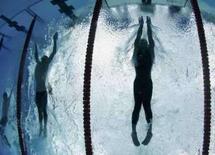 <p>Phelps (esq.) ao lado de Cavic na chegada dos 100 metros borboleta. Photo by Wolfgang Rattay</p>