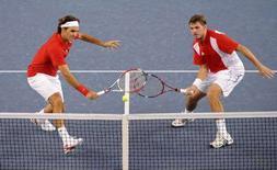 <p>Roger Federer (a sinistra) e Stanislas Wawrinka durante la finale olimpica. REUTERS/Toby Melville</p>
