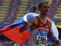 <p>Россиянин Валерий Борчин празднует победу в соревнованиях по спортивной ходьбе на 20 километров на Олимпиаде в Пекине 16 августа 2008 года. (REUTERS/Ruben Sprich)</p>