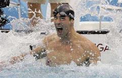 <p>Американец Майкл Фелпс празднует победу в заплыве на 100 метров баттерфляем на Олимпиаде в Пекине 16 августа 2008 года. Выиграв заплыв, Фелпс завоевал седьмую золотую медаль на этой Олимпиаде, повторив рекорд другого американского пловца, Марка Спитца, который тот поставил на Играх 1972 года в Мюнхене. (REUTERS/David Gray)</p>