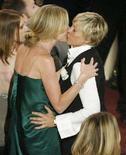 <p>Un bacio tra le attrici Ellen DeGeneres (destra) e Portia de Rossi. REUTERS/Fred Prouser</p>