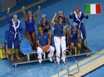 <p>Tifo della squadra azzurra per le ragazze del Setterosa in acqua ai Giochi di Pechino. REUTERS/Laszlo Balogh</p>
