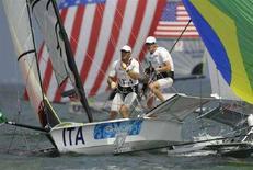 <p>Piero e Gianfranco Sibello durante il torneo di vela specialità 49er alle Olimpiadi di Pechino. REUTERS/Peter Andrews</p>