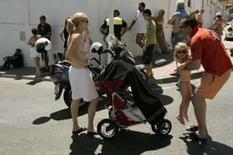 <p>Turistas evacuados aguardam para retornar à praia onde uma bomba explodiu em Benalmadena, dia 17 de agosto. Um dispositivo explodiu em uma praia próxima à cidade de Málaga, no sul da Espanha, após um alerta de bomba, informou o Ministério do Interior espanhol no domingo, acrescentando que a polícia esvaziou a área antes da explosão e que ninguém ficou ferido. Photo by Stringer</p>