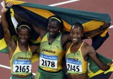 <p>Shelly-Ann Fraser, Kerron Stewart e Sherone Simpson comemoram o domínio da Jamaica nos 100 metros rasos da Olimpíada de Pequim. Photo by Jason Reed</p>