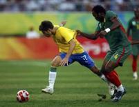 <p>Rafael Sobis, autor de um gol na vitória por 2 x 0 sobre Camarões (jogo da foto) deve ser mantido como titular do Brasil na semifinal contra a Argentina, terça-feira, nos Jogos de Pequim. Photo by Alvin Chan</p>