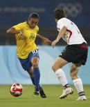 <p>Marta e a jogadora alemã Renate Lingor durante a partida que o Brasil venceu por 4 x 1, classificando-se para a final do futebol feminino nas Olimpíadas de Pequim. Photo by Claro Cortes Iv</p>