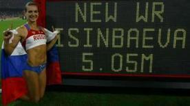 <p>Yelena Isinbayeva, da Rússia, comemora ao lado do placar após estabelecer o novo recorde mundial do salto com vara (5,05 metros), nos Jogos de Pequim, nesta segunda-feira. Photo by Ruben Sprich</p>