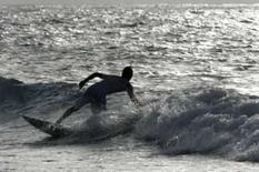 <p>Surfista é um dos que foram para a praia em Havana, esperando ondas causadas pela tempestade tropical Fay em 17 de agosto. A tempestade não deve atrapalhar a produção de gás e petróleo no golfo do México, afirmaram na segunda-feira empresas que controlam plataformas marítimas daquela região. Photo by Claudia Daut</p>