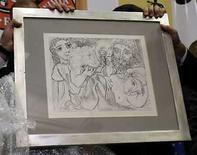 <p>La policía brasileña exhibe el recuperado grabado de Pablo Picasso, 'Minotauro, Bebedor y Mujeres', en Sao Paulo, Brasil, 18 ago 2008. La policía brasileña recuperó el último de dos grabados del español Pablo Picasso que habían sido robados en junio (en la foto), junto a otras dos obras también encontradas, dijeron el lunes las autoridades. 'Minotauro, Bebedor y Mujeres', de 1933, fue encontrada el viernes en la zona oeste de Sao Paulo, dijo la Secretaría de Seguridad Pública de Sao Paulo, sin dar de inmediato otros detalles. Photo by Paulo Whitaker/Reuters</p>