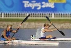 <p>Josefa Idem (sinistra) e la britannica Lucy Wainwright durante la semi-finale di kayak singolo femminile K1 500 metri alle Olimpiadi di Pechino, il 19 agosto 2008. REUTERS/Toby Melville (Cina)</p>