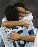 <p>Sergio Aguero abraça Riquelme para comemorar o gol contra o Brasil nas olimpíadas de Pequim  REUTERS. Photo by Sergio Moraes</p>