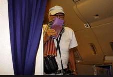 <p>O roqueiro britânico Gary Glitter, cujo nome verdadeiro é Paul Gadd, embarca em avião para Bangcoc no aeroporto de Ho Chi Mihn City, no Vietnã. O Vietnã libertou Glitter depois de quase três anos de prisão por ter abusado sexualmente de duas meninas vietnamitas. Photo by Kham</p>