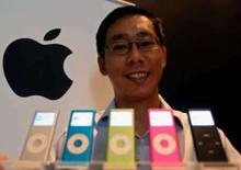 <p>Yeo Eng Yiong, gerente de marketing da Apple na Ásia Pacífico. exibe modelos do iPod nano em foto de setembro de 2006. O Japão afirmou nesta terça-feira que o superaquecimento de iPods nano foi a causa de três incêndios, o que, segundo o Ministério do Comércio do país, pode ter sido provocado por um defeito na bateria. Photo by Vijay Mathur</p>