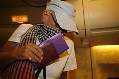 <p>El cantante británico de música 'glam rock' Gary Glitter, cuyo verdadero nombre es Paul Gadd, aborda un avión a Bangkok en el aeropuerto de Ho Chi Minh City, 19 de agosto del 2008. Vietnam liberó el martes al cantante caído en desgracia de música 'glam rock' Gary Glitter, luego de que pasó casi tres años en prisión por abusar sexualmente de dos niñas vietnamitas menores de edad, informó su abogado. Glitter, de 64 años, cuyo nombre real es Paul Gadd, fue arrestado en noviembre del 2005 en el aeropuerto de Ho Chi Minh City cuando intentaba abandonar el país. El músico fue condenado a tres años y un día en prisión luego de un juicio donde se declaró inocente. Photo by Kham/Reuters</p>
