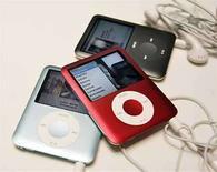 <p>Foto de archivo de Ipods Nano de Apple iPod en San Francisco, California, EEUU, 5 sep 2007. El Ministerio de Comercio de Japón anunció el martes que se han producido tres incendios causados por el sobrecalentamiento de reproductores digitales iPod 'nano', de Apple, que al parecer podrían deberse a defectos en la batería. Nadie resultó lesionado en los tres incendios relacionados con los reproductores, pero el Gobierno indicó en un comunicado que Apple había informado de otros dos casos en los que había habido heridos leves por quemaduras. (Foto de archivo) Photo by (C) ROBERT GALBRAITH / REUTERS/Reuters</p>