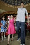 <p>Foto de archivo del chino Bao Xishun, el hombre más alto del mundo según el Libro Guinness de los records, tras dar una conferencia en Baotou, China, 13 jul 2007. El Libro Guinness de los records devolvió el título de hombre más alto del mundo al chino Bao Xishun, luego de que el ucraniano Leonid Stadnyk rechazara ser medido bajo las nuevas pautas. Bao, quien mide 2,36 metros, retuvo el título por un año antes de perderlo en el 2006 frente a Stadnyk, quien mide 2,57 metros, dijo a Reuters el editor general del Libro Guinness de los records, Craig Glenday. (Foto de archivo) Photo by (C) JASON LEE / REUTERS/Reuters</p>