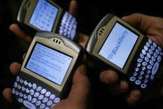 <p>BlackBerry é usado em  Los Angeles no dia 03 de março de 20006. A canadense Reserach in Motion (RIM), que fabrica o aparelho, aposta na versão de terceira geração (3G) do Blackberry para fazer frente ao iPhone da Apple e a outros modelos de celular voltados para os usuários profissionais no Brasil. Photo by Mario Anzuoni</p>