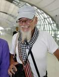 <p>El rockero británico Gary Glitter camina por el aeropuerto Suvarnabhumi de Bangkok, 20 de agosto del 2008. La policía tailandesa desechó el miércoles los reclamos de Gary Glitter de que sufre problemas de oído y del corazón, indicando que el cantante británico será puesto en el primer avión con destino a Londres quieralo o no. El británico de 64 años, cuyo nombre real es Paul Gadd, voló a Bangkok el martes inmediatamente después de ser expulsado de Vietnam al finalizar una sentencia de casi tres años por abuso sexual a dos niñas locales. Photo by Sukree Sukplang/Reuters</p>