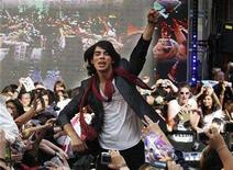 "<p>Joe Jonas of ""The Jonas Brothers"" salutes the crowd in Toronto, July 3, 2008. REUTERS/Mark Blinch</p>"