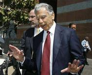 <p>Billionaire investor Kirk Kerkorian leaves the Roybal Federal Building in Los Angeles August 20, 2008. REUTERS/Mario Anzuoni</p>