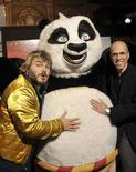 """<p>L'attore Jack Black (sinistra) e l'AD di Dreamworks Animation Skg Jeffrey Katzenberg in posa con Po, protagonista dell'ultima pellicola Dreamworks """"Kung Fu Panda"""". EUTERS/Patrick Riviere (Australia)</p>"""
