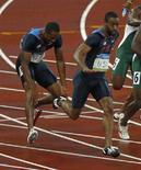<p>Il momento del fallito passaggio del testiomone fra l'atleta statunitense Darvis Patton (sinistra) il suo compagno di squadra Tyson Gay nella staffetta 4 x 100m. REUTERS/Jerry Lampen (CHINA)</p>